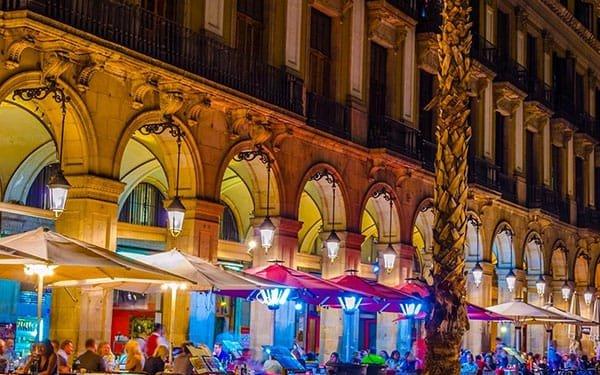 Barcellona Plaça Reial con ristoranti e bar