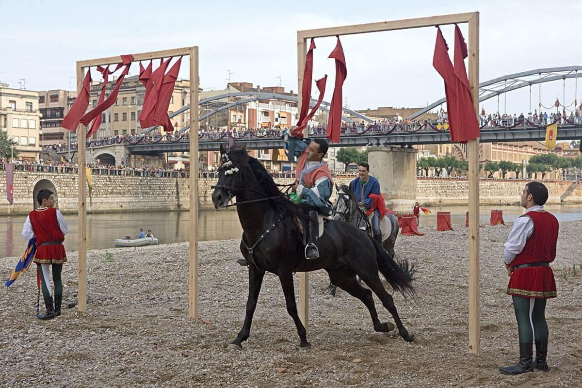 Giostra cavalli mercato medievale Vic, Catalunya