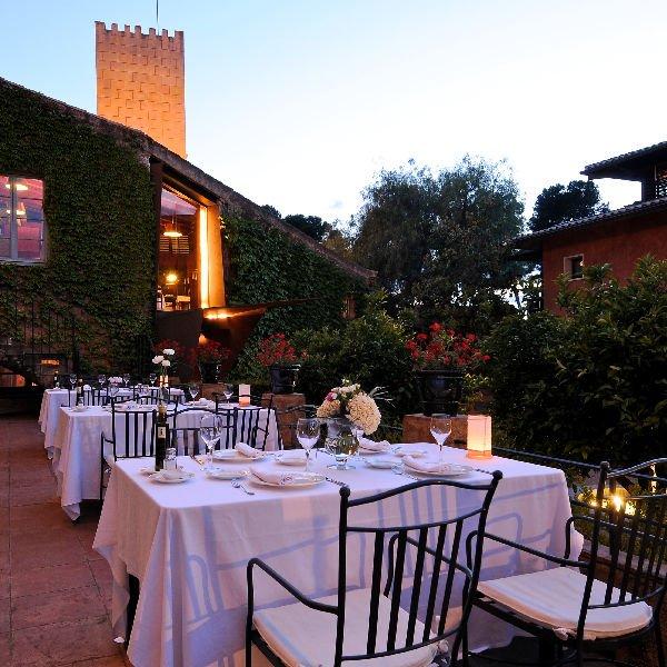 Hotel La Boella: tavoli all'esterno