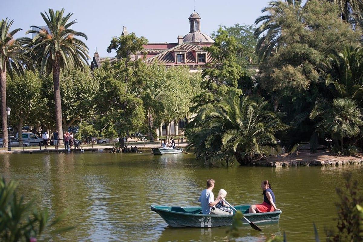 Barcellona con bambini: sul laghetto in barca