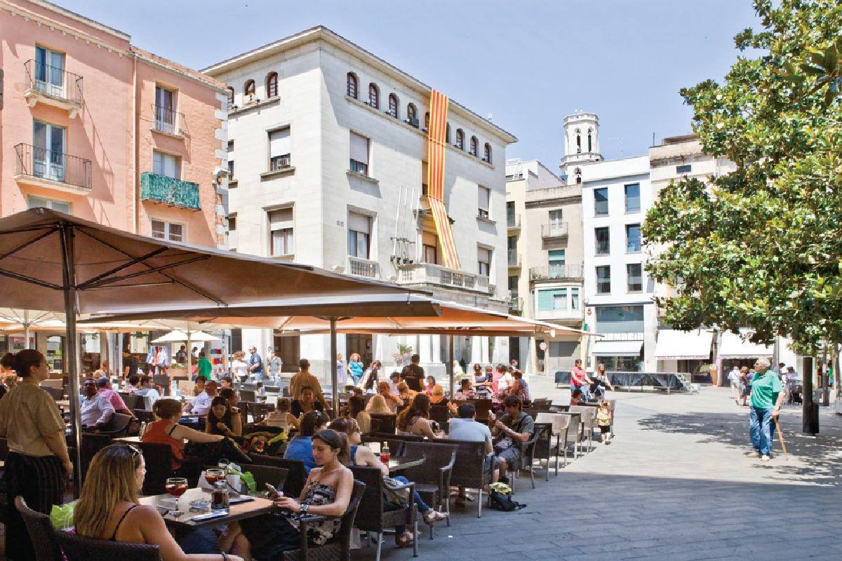 Plaça de l'Ajuntament di Figueres_Iglésies_Figueres Turisme