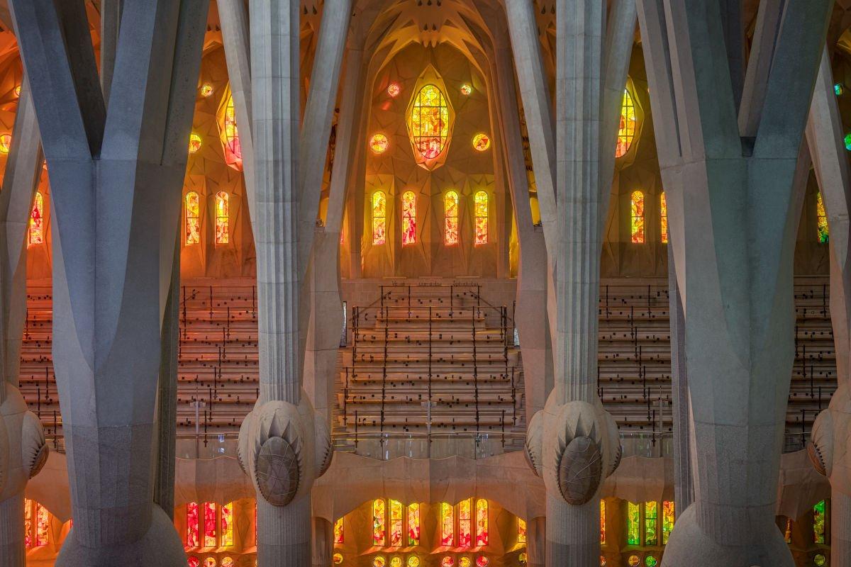 Dentro la Sagrada Família: pilastri e vetrate