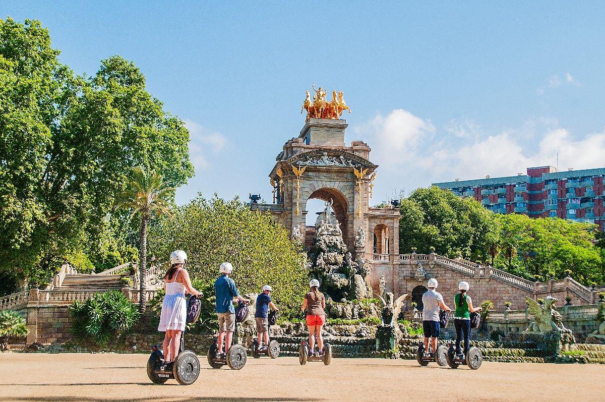 Turisti davanti alla cascata monumentale nel Parc de la Ciutadella a Barcellona
